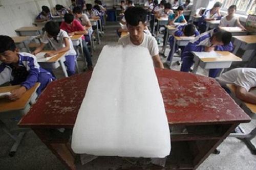 Đầu tư tiền mua nước đá khi phải lên lớp đúng những ngày nắng nóng.