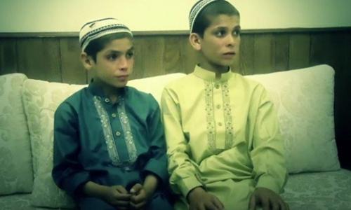Hai cậu bé ở Pakistan mắc căn bệnh kỳ lạ, mất khả năng vận động khi mặt trời lặn. Ảnh: odditycentral