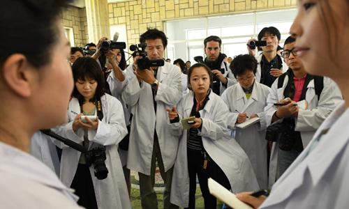 Các phóng viên nước ngoài tại bệnh viện phụ sản Bình Nhưỡng. Ảnh: Washington Post