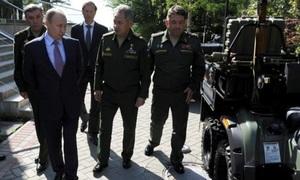 Putin bật cười khi phát hiện lỗi của thiết bị quân sự