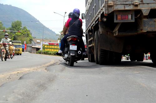 Những vệt lún sâu gây nguy hiểm cho các xe qua lại, nhất là xe máy dễ loạng choạng tay lái