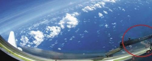 Hình ảnh được cho là đá Chữ Thập từ cửa kính oanh tạc cơ H-6K Trung Quốc.