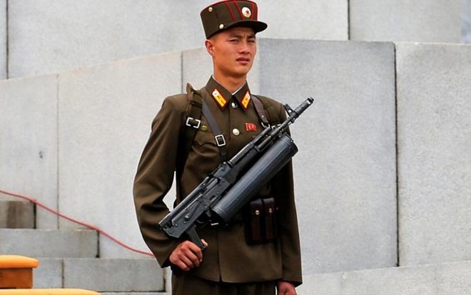 Khẩu súng chứa 100 viên đạn của cận vệ Kim Jong-un