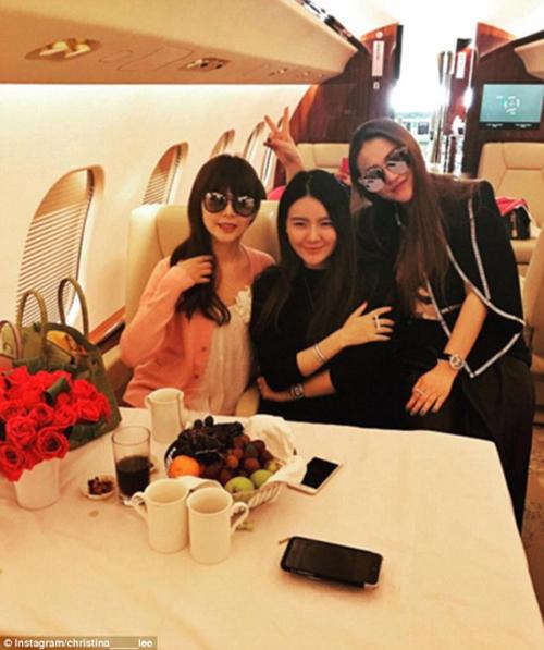 Thiếu nữ nhà giàu Trung Quốc đua nhau khoe của