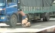 Cảnh sát bị đạp xuống đường ôm chân khống chế tài xế