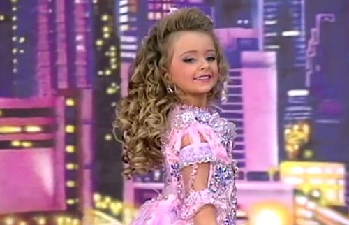 Isabella trông già dặn trong cuộc thi sắc đẹp cách đây vài năm. Ảnh: Barcroft Media