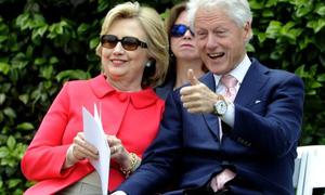 Vợ chồng Clinton kiếm 6,7 triệu USD nhờ diễn thuyết