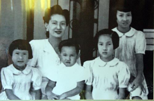 Hoàng hậu Nam Phương chụp ảnh cùng các con tại Đà Lạt vào năm 1947 trước khi sang Pháp. Ảnh được lưu giữ tại Cung Nam Phương Hoàng hậu.