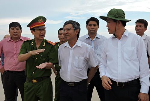 Bí thư Tỉnh ủy Bà Rịa-Vũng Tàu (bìa phải) đi thị sát biển. Ảnh: Xuân Thắng