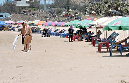Bãi biển Vũng Tàu đã sạch sẽ sau lệnh cấm mua bán, ăn uống. Ảnh: Xuân Thắng