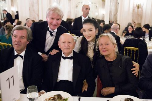 Lý Nhã Kỳ dùng bữa cùng Gilles Jacob, nguyên Chủ tịch LHP Cannes - Chủ tịch quỹ Cinéfondation Cannes (giữa) - cùng các quan khách.