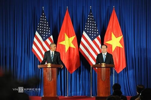 Chủ tịch nước Trần Đại Quang (phải) và Tổng thống Mỹ Barack Obama trong buổi họp báo chung hôm nay tại Hà Nội. Ảnh: AFP.