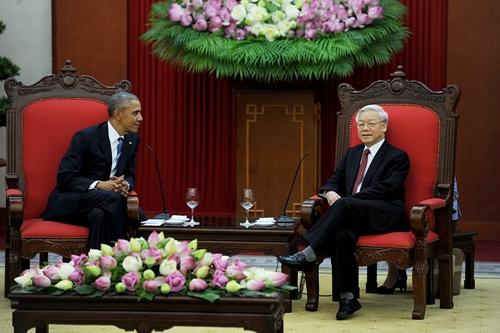 Tổng bí thư Nguyễn Phú Trọng (phải) tiếp Tổng thống Mỹ Barack Obama tại Văn phòng Trung ương Đảng. Ảnh: Giang Huy.
