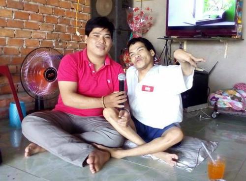 Anh Phạm Thanh Tùng (phải) bị tật nguyền từ nhỏ. Ảnh: Facebook nhân vật.
