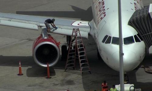 Phi cơ Virgin America được kiểm tra ở sân bay Denver. Ảnh: Denver Channel.