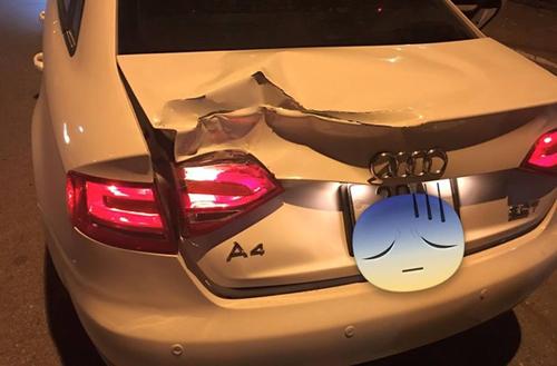 Audi A4 móp xe vì lùi phải gốc cây.