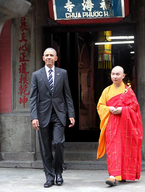 Tổng thống Mỹ Barack Obama trò chuyện với một vị sư trong chuyến thăm chùa Ngọc Hoàng. Ảnh:Reuters