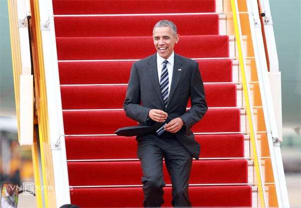 Tổng thống Obama xuống sân bay Tân Sơn Nhất. Ảnh: Hữu Công