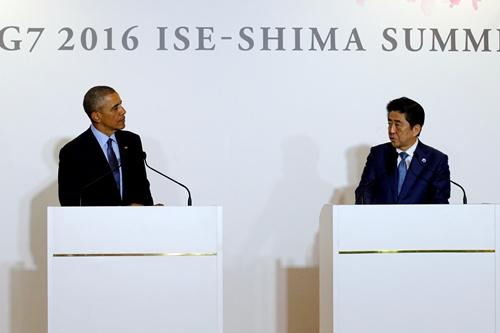 Tổng thống Mỹ Barack Obama (trái) và Thủ tướng Nhật Bản Shinzo Abe tổ chức họp báo sau khi gặp song phương tại hội nghị thượng đỉnh G7 ngày 26/5.