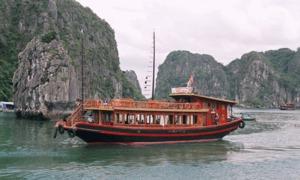 Hai tàu du lịch va chạm, hàng chục khách nước ngoài gào thét