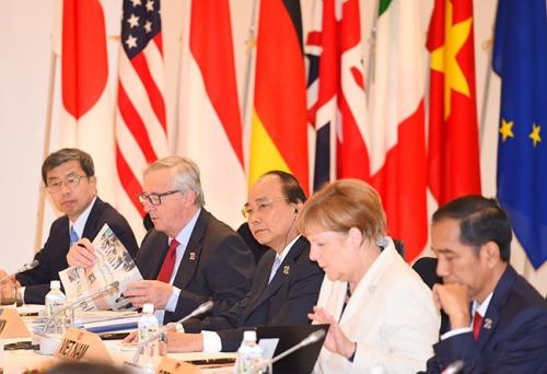 Thủ tướng Nguyễn Xuân Phúc (thứ ba từ trái sang) tại hội nghị thượng đỉnh G7 mở rộng. Ảnh: VGP