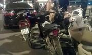 Camry đâm liên hoàn ở Hà Nội vì xe máy dừng đèn đỏ sai luật?