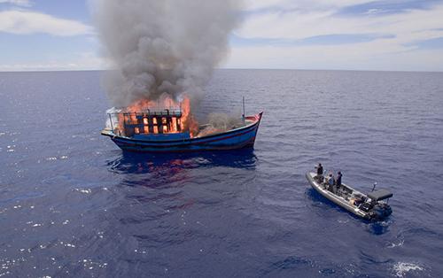 Tàu cá Việt Nam bị cơ quan chức năng Palau đốt cháy hôm 25/5. Ảnh:Guam Daily Post,