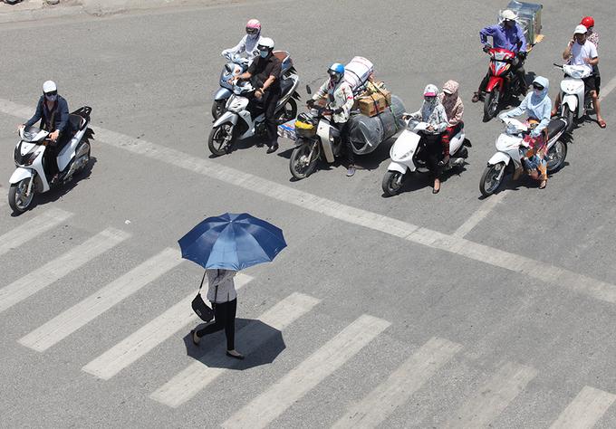 Trùm chăn tránh nóng khi ra đường tại Hà Nội