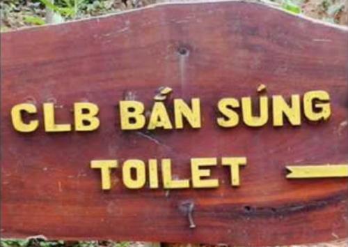 Bắn súng trong toilet?