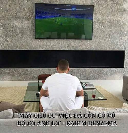 Karim Benzema cổ vũ hết mình cho đồng đội.