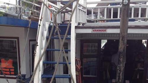 Các chủ tàu dùng dây thừng rào chắn không cho khách lên boong tàu ngắm cảnh.