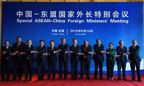 Bộ trưởng ngoại giao các nước ASEAN và Trung Quốc chụp ảnh tại
