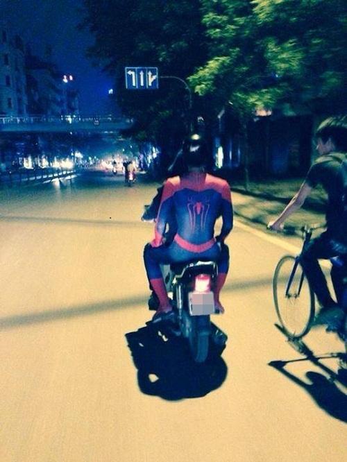Trót dùng hết tơ nên người nhện phải quá giang xe máy.