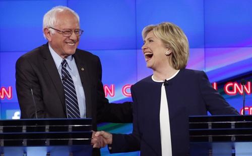 Ông Sanders bắt tay bà Clinton trong một sự kiện năm ngoái. Ảnh: Reuters