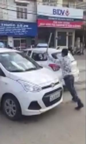 hai-tai-xe-taxi-danh-nhau-nao-loan-khu-pho-sapa
