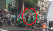 2 người đàn ông đánh nhau trước mặt công an dù va chạm nhẹ