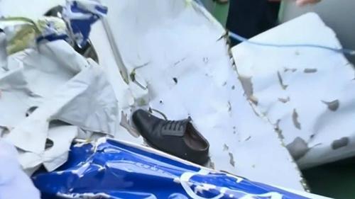 Trong số vật dụng được trục vớt có một chiếc giày.