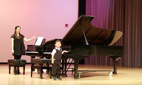 Evan sau khibiểu diễn bản concerto của Mozart tại cuộc thi củaHiệp hội Giáo viên Âm nhạc Mỹ ở quận Cam.Ảnh:Quoc Le