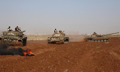 Các tay súng thuộc 'Lữ đoàn Mujahideen Horan' tham gia huấn luyện quân sự ở tỉnh Deraa, Syria, ngày 19/6. Ảnh: Reuters.