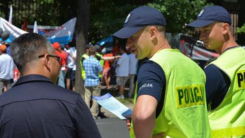 Cảnh sát Ba Lan bảo vệ cho khu vực biểu tình hôm 19/06 trước Sứ quán Trung Quốc