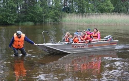 Các trẻ em trở về khách sạn sau trận bão làm tàu lật. Ảnh: Tass