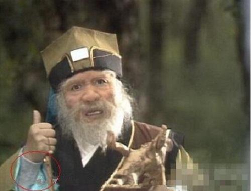 Ngộ Không không quên mua tặng ông bạn Thổ Địa của mình một chiếc áo len sành điệu để chống rét.