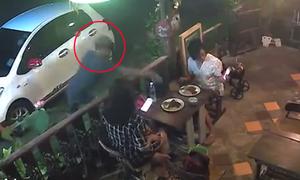 Hai cô gái mải 'check in' đồ ăn bị cướp giật túi xách