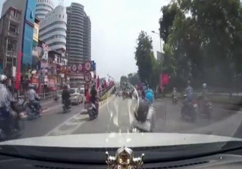nhung-pha-sang-duong-bat-cn-bi-oto-tong-tren-duong-viet-2