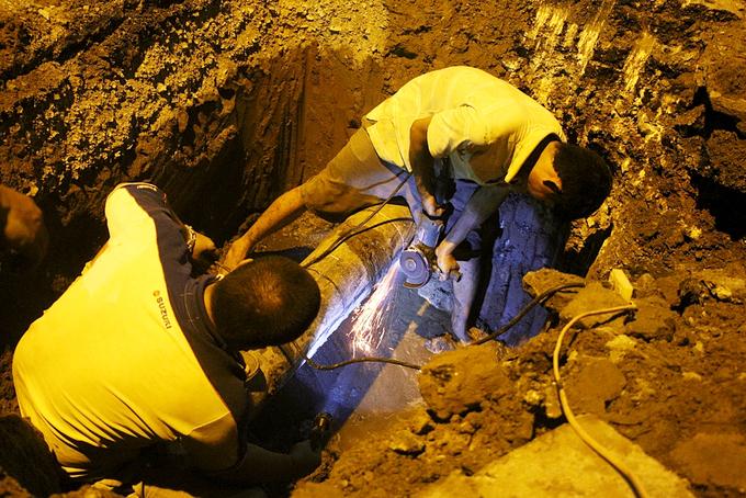 Công nhân trắng đêm thay đường ống cấp nước