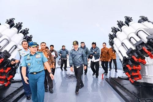 Ông Widodo (chính giữa) trên tàu chiến