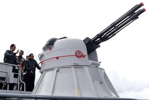 Tổng thống Indonesia Widodo bên một khẩu pháo của tàu chiến