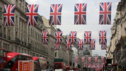 Cờ Anh giăng đầy phố Regent ở London. Ảnh: BBC