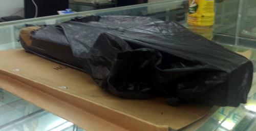 Vật dụng tên cướp dùng đập tủ kính được công an thu giữ phục vụ điều tra. Ảnh: Phước Tuấn