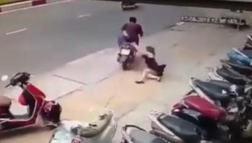 Cô gái giật lại túi xách từ tên cướp dù bị kéo lê giữa đường - của đi thay người